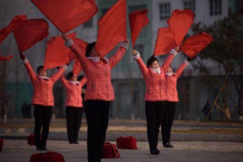 Câu chuyện về những người phụ nữ ngày ngày múa cờ đỏ ở Triều Tiên