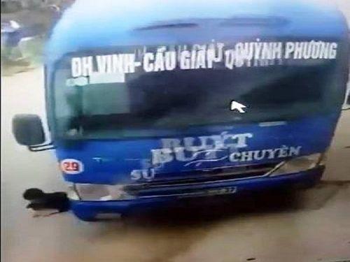 Hoảng hồn cháu bé suýt chết khi va chạm xe buýt