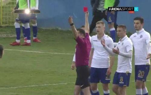 Ăn mừng phản cảm kiểu Ronaldo, cầu thủ nhận cái kết đắng