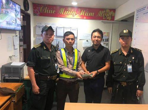 Trả lại 700 triệu cho du khách Trung Quốc để quên ở sân bay Đà Nẵng