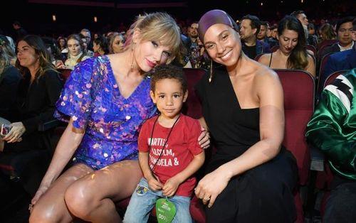 iHeart Radio Awards: 2 hành động nhỏ của Taylor Swift khiến triệu trái tim 'tan chảy'