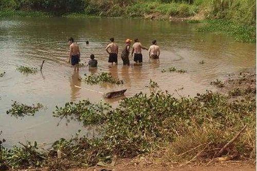 Trượt chân xuống vùng nước sâu trong lúc bắt ốc, 3 bà cháu đuối nước