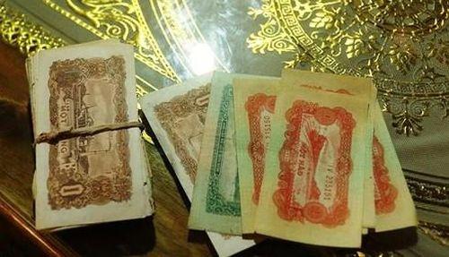 Dọn nhà, phát hiện chiếc rương gỗ chứa cọc tiền cổ ở Nghệ An