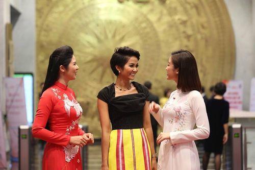 Dàn người đẹp, Hoa hậu Việt Nam rạng rỡ buổi tuyên dương Gương mặt trẻ 2018