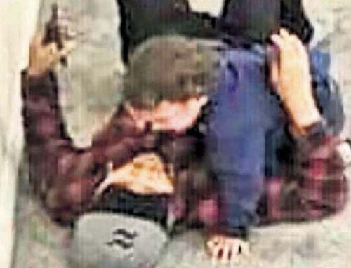Xúc động khoảnh khắc người cha lấy thân mình đỡ đạn cho con trong vụ xả súng ở New Zealand