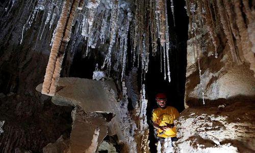 Đột nhập hang muối dài nhất thế giới ở Israel