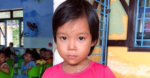 Tìm người thân bé gái đi lạc ở bãi tắm Thuận An
