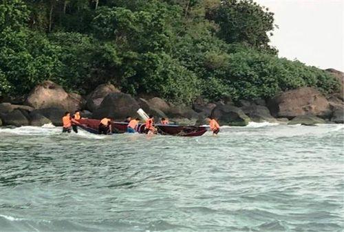 Cứu sống ngư dân bị sóng biển đánh chìm thuyền