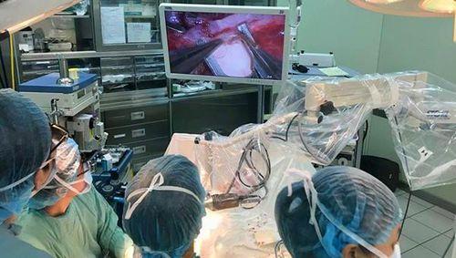 Cứu thành công bệnh nhân dập nát bàn tay nhờ ứng dụng kính vi phẫu Vtom3D