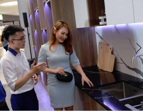 Nữ diễn viên phim 'Sống chung với mẹ chồng' thích thú trải nghiệm trò chơi thực tế ảo