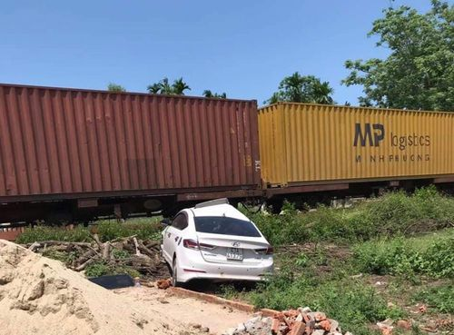Tàu hỏa hất văng ô tô, 3 người bị thương nặng
