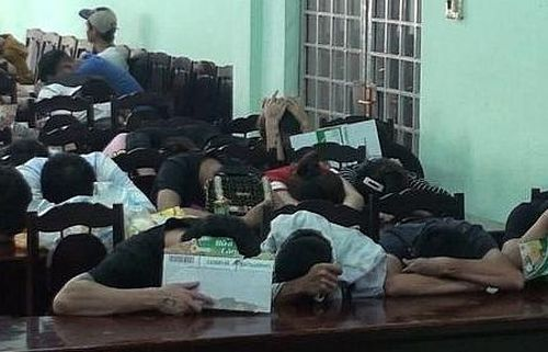 Cảnh sát đột kích quán karaoke lúc rạng sáng, phát hiện 71 thanh niên phê ma túy