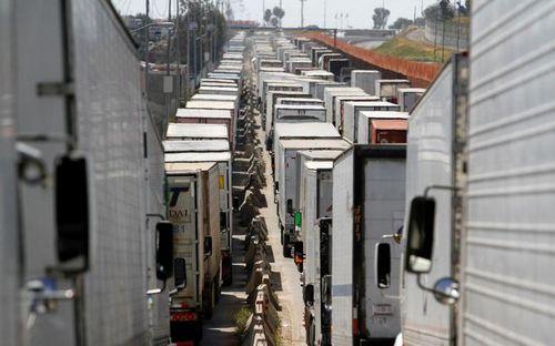 Ách tắc ở biên giới Mỹ-Mexico, xe cộ xếp hàng dài hàng km