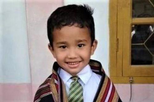 Đưa gà đi cấp cứu, bé trai Ấn Độ được nhà trường tặng giấy khen
