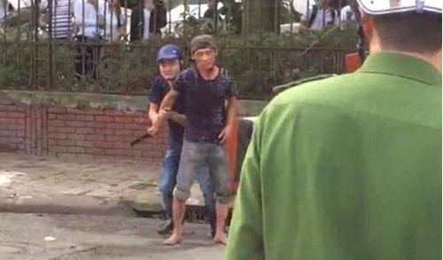 Nam thanh niên bất ngờ cầm dao tự cứa 2 nhát vào cổ mình