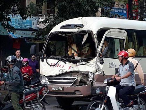 Xe khách vượt đèn đỏ đâm thẳng vào xe tải, tài xế dính chặt trong cabin