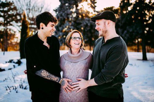 Mỹ: 61 tuổi mang thai hộ cho con trai đồng tính