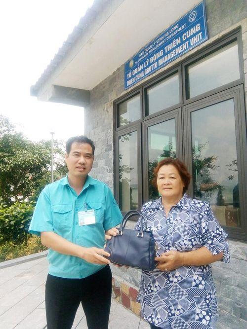 Trả lại túi xách cho du khách Thái Lan bỏ quên tại động Thiên Cung