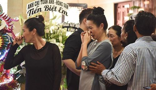 Nghệ sĩ, khán giả hâm mộ đến viếng Anh Vũ trong tang lễ đầy nước mắt