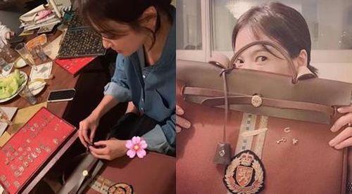 Song Hye Kyo thiết kế túi xách gắn tên của Song Joong Ki