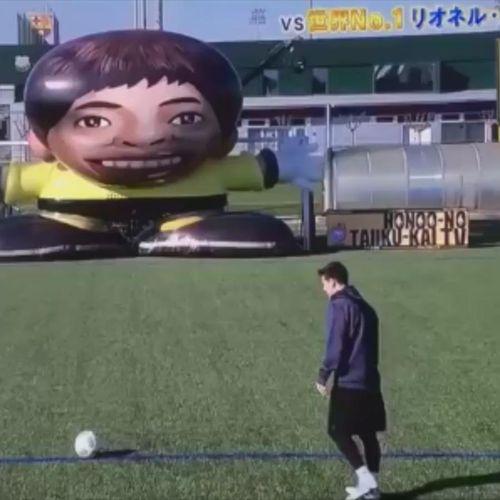 Messi sút phạt đẳng cấp hạ gục 'thủ môn robot' khổng lồ