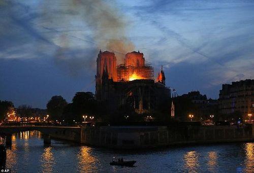 Sau 2 ngày bị hỏa hoạn, quỹ trùng tu Nhà thờ Đức Bà đã nhận được 1 tỉ euro