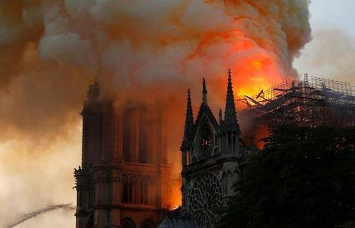 15 giờ chiến đấu với 'giặc lửa' để cứu Nhà thờ Đức Bà Paris