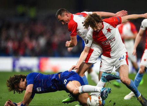 Khoảnh khắc David Luiz chạm mặt bản sao khiến CĐV thích thú