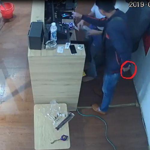 Truy tìm nam thanh niên nói tiếng Trung với màn ' ảo thuật' lấy tiền ngay trước mặt nhân viên nhiều cửa hàng