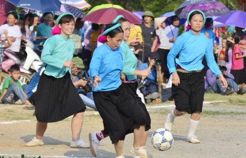 Về Bình Liêu xem các cô gái Sán Chỉ mặc váy đá bóng