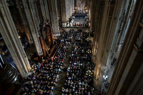 Người Công giáo Paris cầu nguyện cho lễ Phục sinh sau vụ hỏa hoạn nhà thờ Đức Bà