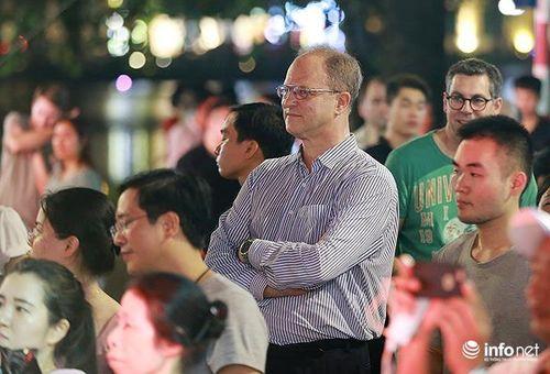 Đại sứ Đức hòa mình cùng người dân Việt Nam nghe nhạc trên phố đi bộ Hồ Gươm