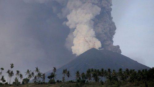 Indonesia: Núi lửa phun trào, cột bụi cao 2km, hàng nghìn mặt nạ chống độc được phát cho người dân