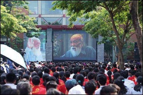 Nhiều thế hệ học trò rơi nước mắt khi xem 'Ông đồ gàn' - phim tài liệu về thầy Văn Như Cương