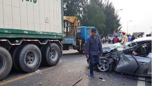 Quảng Nam: Ô tô con đấu đầu xe đầu kéo, 2 người nguy kịch