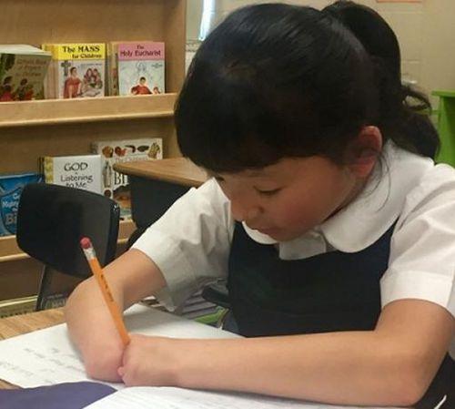 Mỹ: Cô bé không có bàn tay đoạt giải viết chữ đẹp toàn quốc