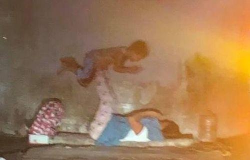 Khoảnh khắc mẹ con vô gia cư chơi đùa khiến dân mạng hiểu về hạnh phúc đích thực