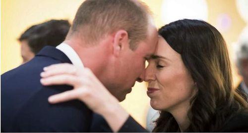 Lý do Thủ tướng Jacinda Ardern 'chạm mũi' Hoàng tử William