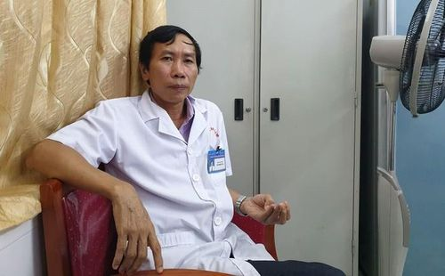 Lạ lùng bác sĩ đang yên vị chức GĐ chủ động xin làm nhân viên: Vợ con không ai phản đối