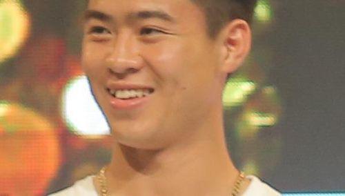 Cầu thủ Duy Mạnh và Thái Quý tặng trái bóng cho 'Tò he Fun'
