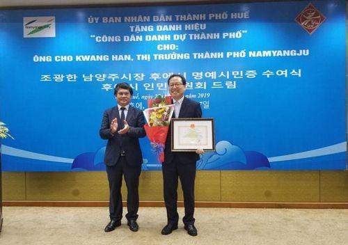 Trao danh hiệu Công dân danh dự của thành phố Huế cho ông Kwang Han (Hàn Quốc)