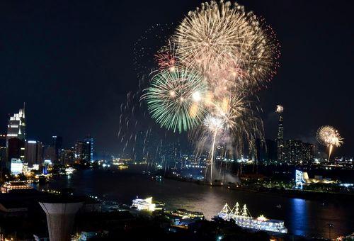 Người Sài Gòn tựa vai nhau, thưởng thức pháo hoa