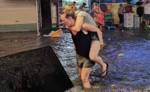 Ảnh, video: Hà Nội ngập lụt sau cơn mưa như trút