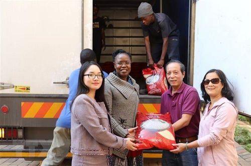 Người Việt tại Nam Phi gửi hàng cứu trợ Zimbabwe khắc phục hậu quả bão