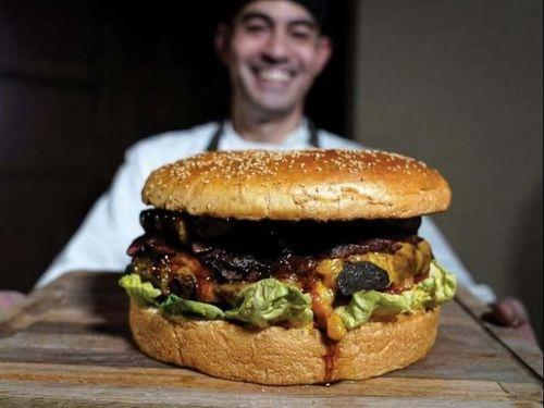 Bánh hamburger 'khủng' mừng triều đại Lệnh Hòa