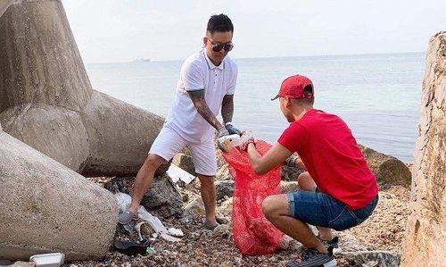 Tuấn Hưng và bạn bè dọn rác ở đảo Lý Sơn: 'Có thể nhiều người nghĩ chúng tôi rảnh rỗi, bị hâm'