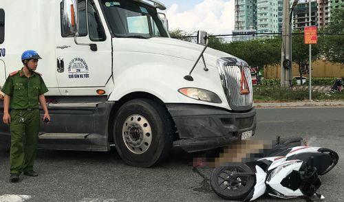 Va chạm với xe đầu kéo container, hai phụ nữ gặp nạn