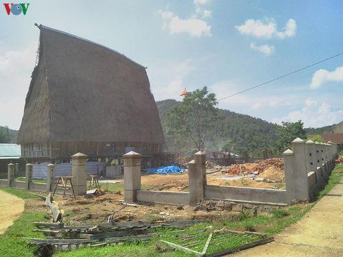 Bức xúc vì làm hàng rào bê tông quanh Nhà rông ở làng văn hóa du lịch