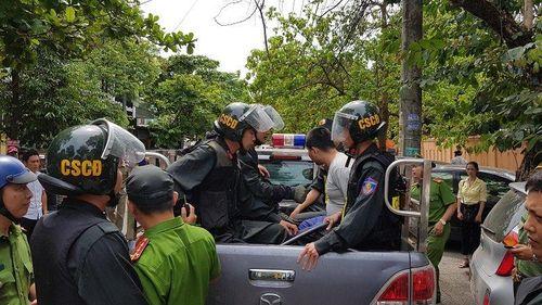 Khởi tố kẻ cầm dao rượt đuổi nhiều người, chém xe của Giám đốc Sở GD&ĐT Quảng Trị