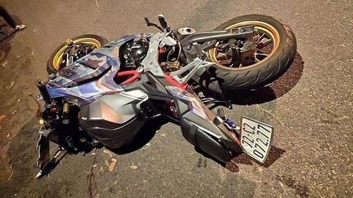 Không làm chủ tốc độ, xe mô tô đâm vào gốc cây khiến 2 người tử vong